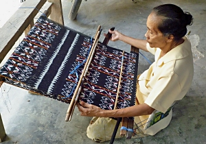 Ndaose weaving ikat cloth for the Rotinese market